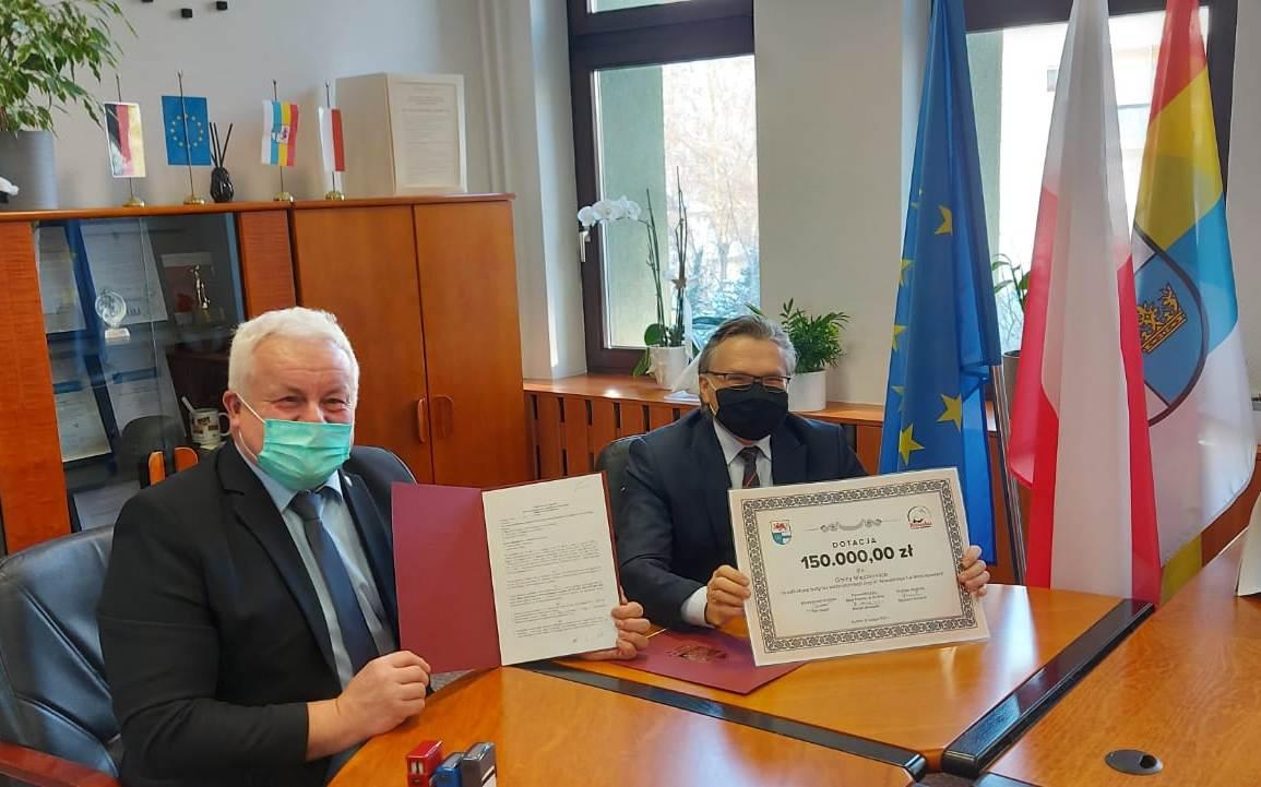Zdjęcie - podpisanie umowy Burmistrza Mieszkowic i Starosty Gryfińskiego